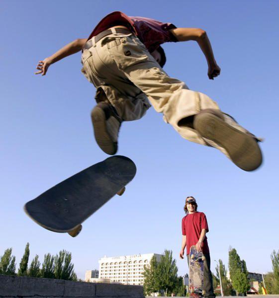 Падение скейтеров в супер замедленной съемке