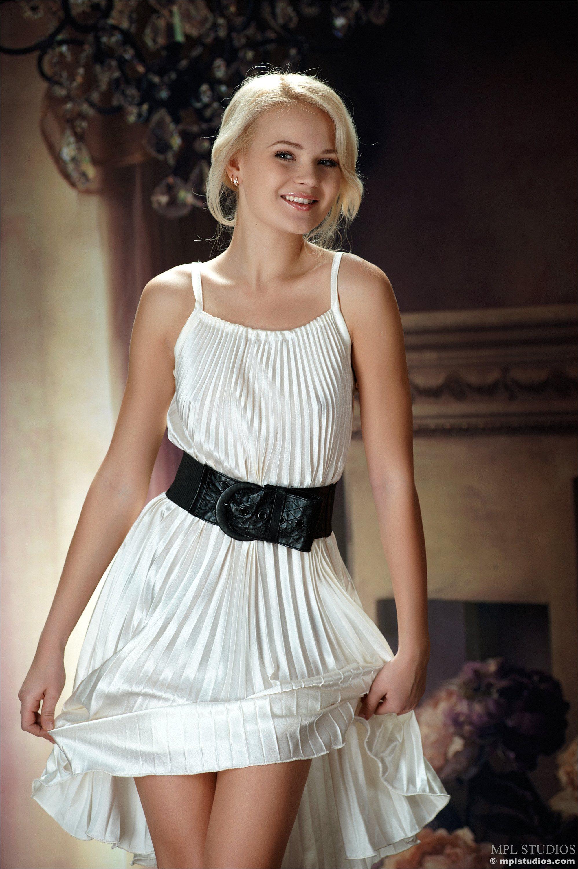 У девочек под платьем белые трусики 19 фотография