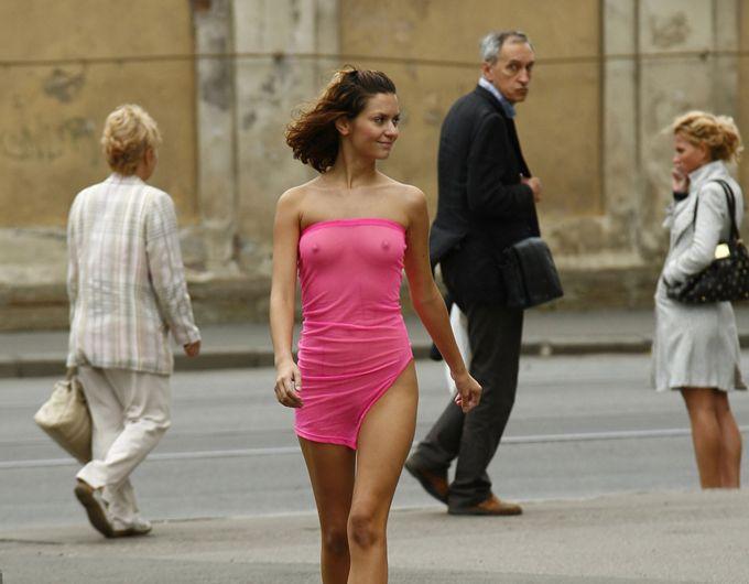 Весенняя девушка на улицах города