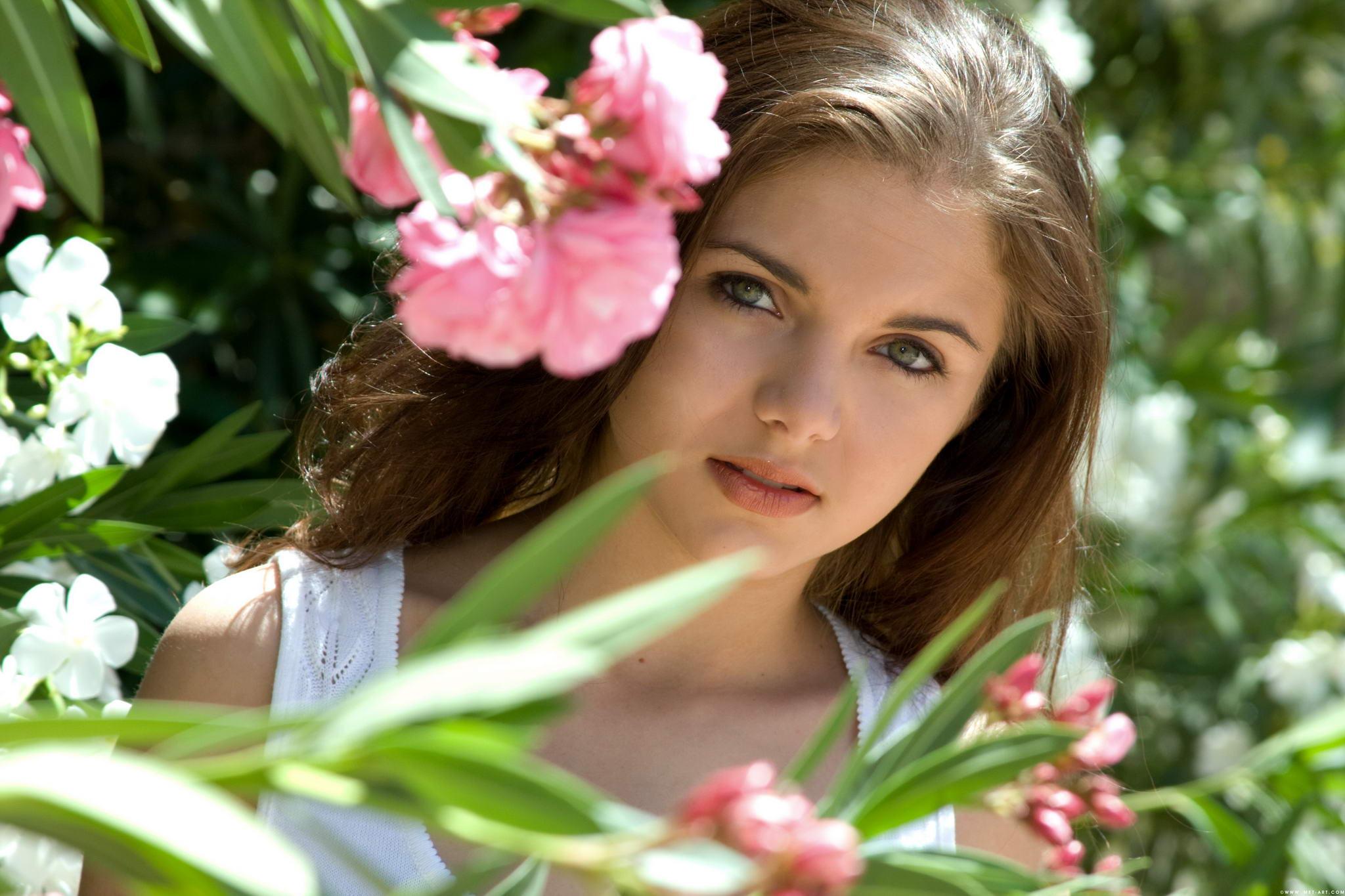 Фото женщины с цветами с боку