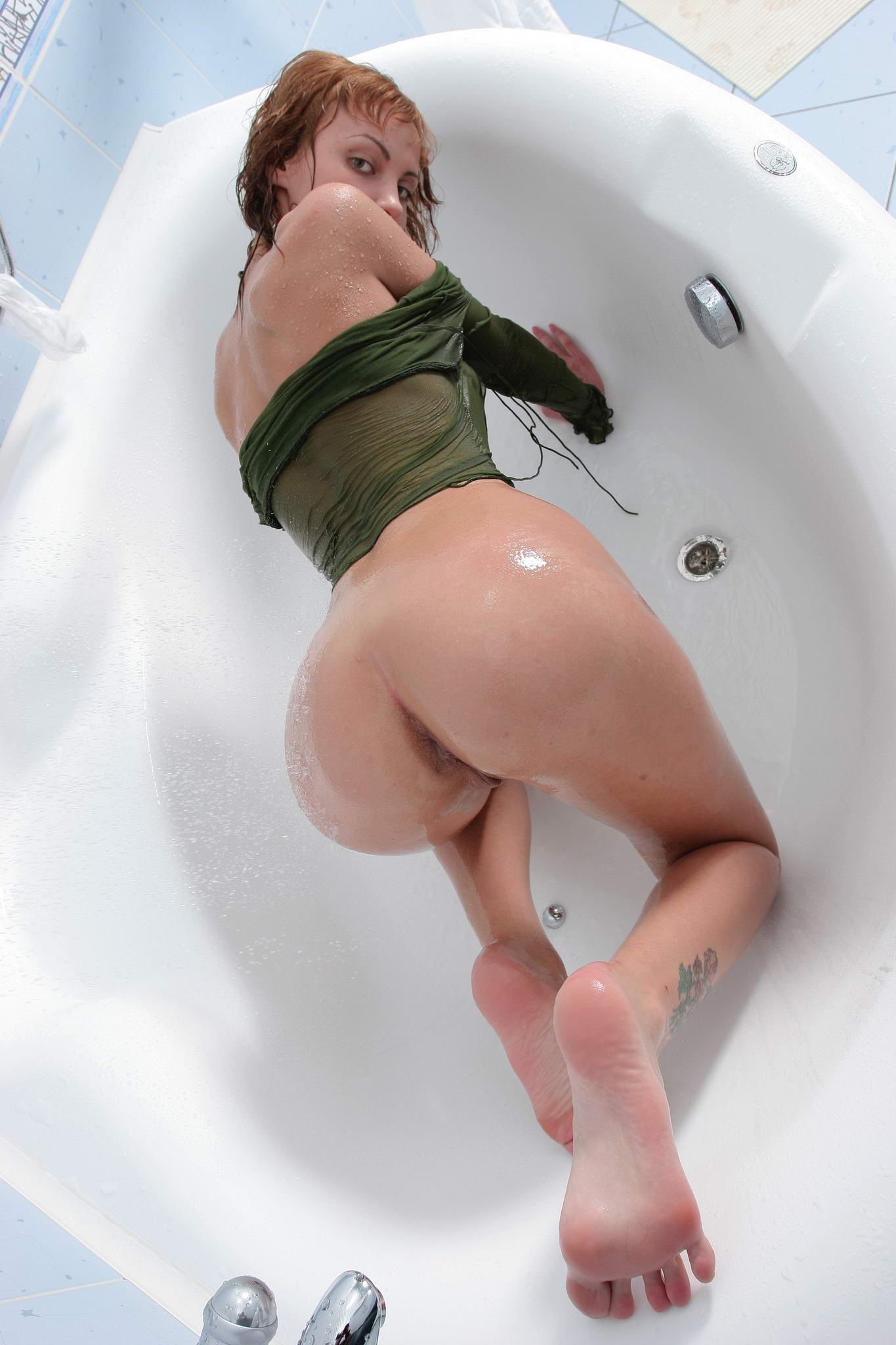 Телка моется