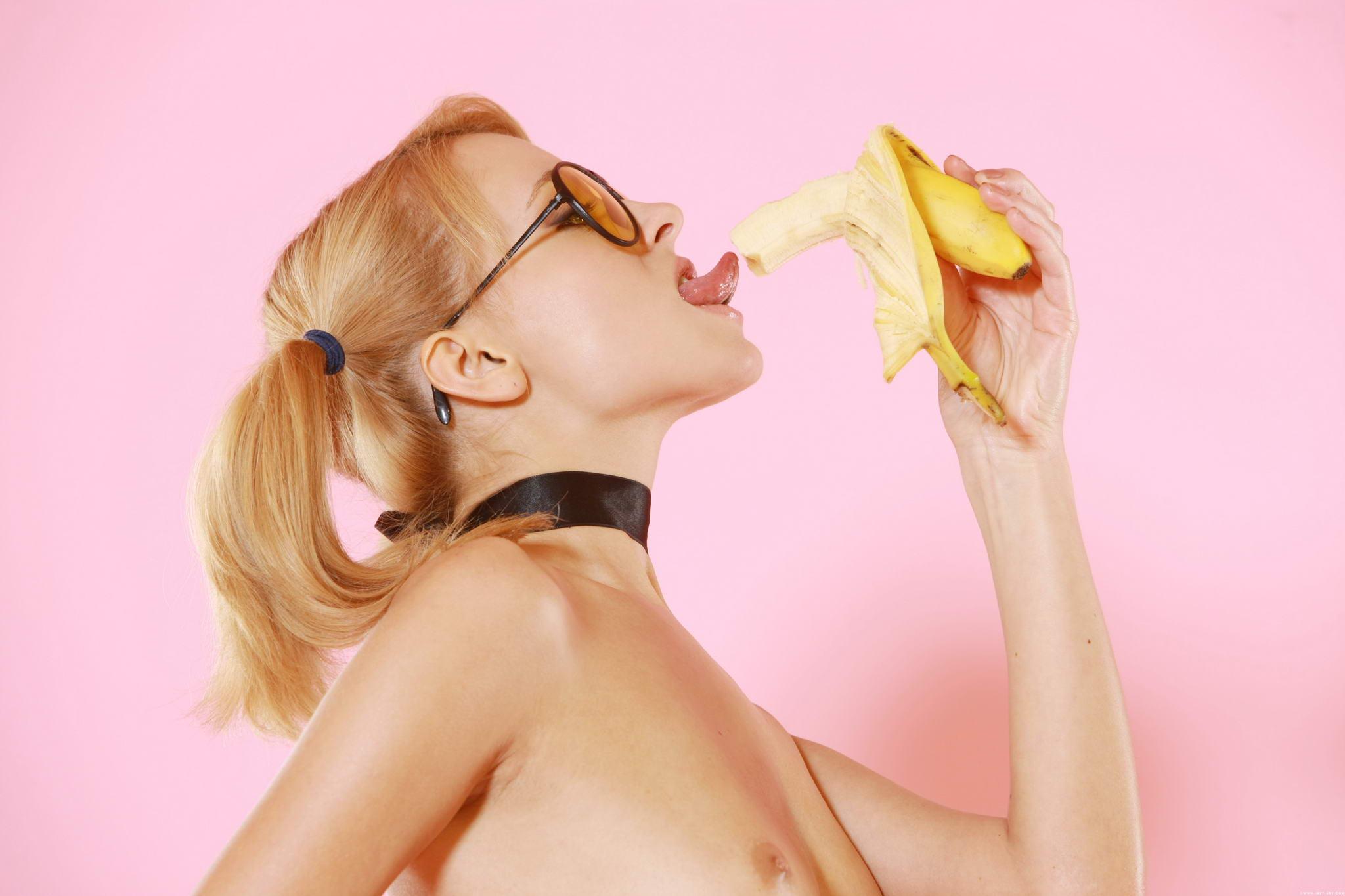 Эротично ест банан 2 фотография
