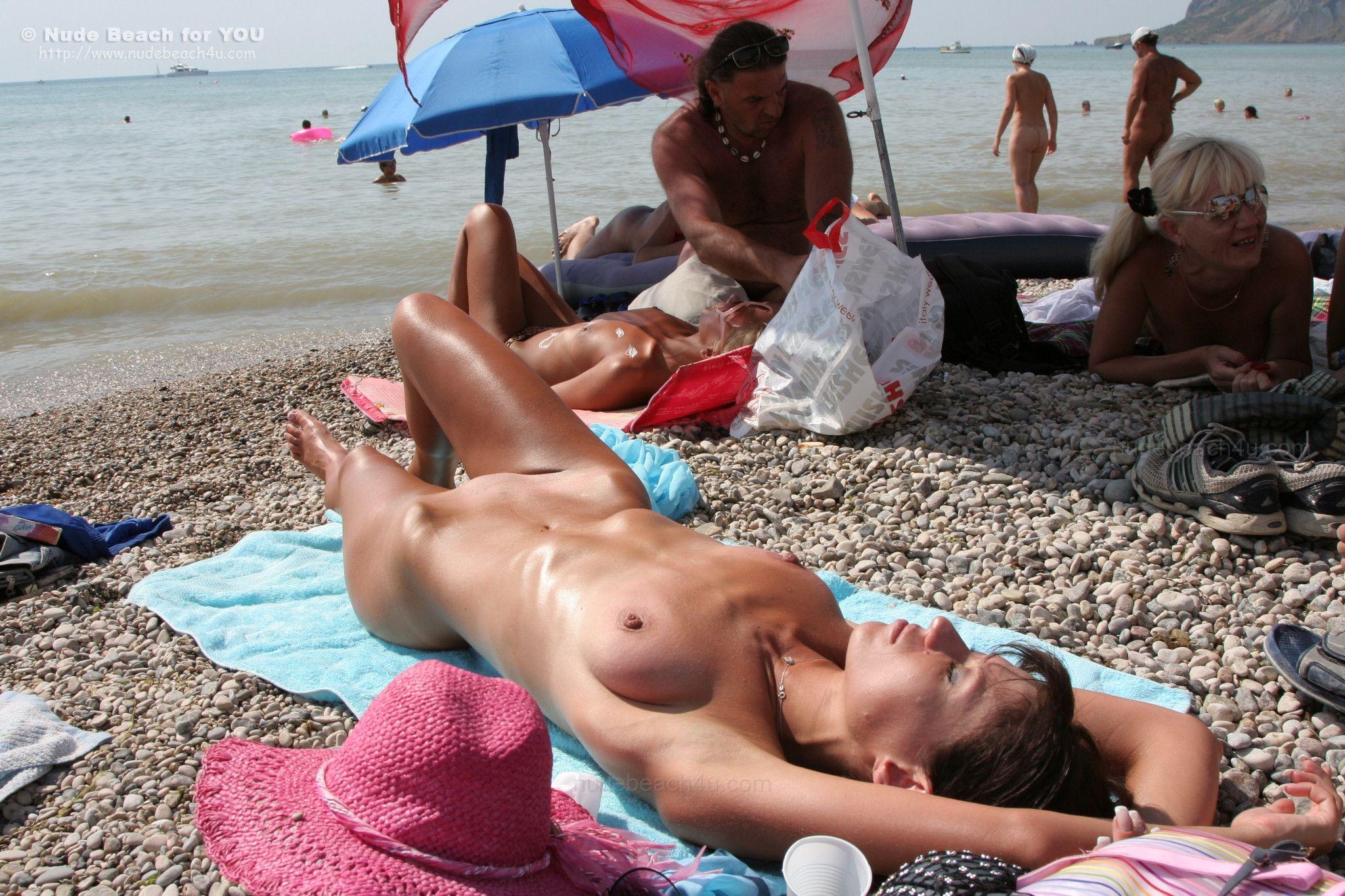 s-zhenoy-na-nudistskom-plyazhe