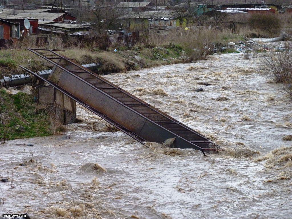 Արտակարգ դեպք Վանաձորում. գետը քշել-տարել է հետիոտնային կամուրջը. հայրն ու դպրոցական երեխան հրաշքով են փրկվել(ֆոտո, վիդեո)