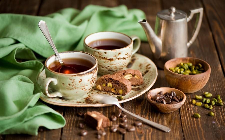Чай, печенье и орехи