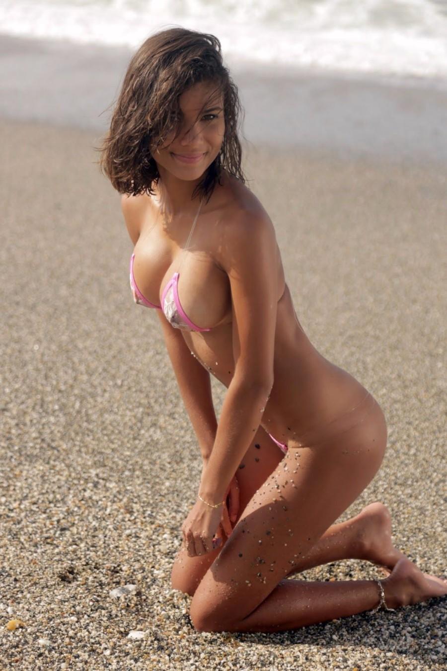 Загорелая на пляже