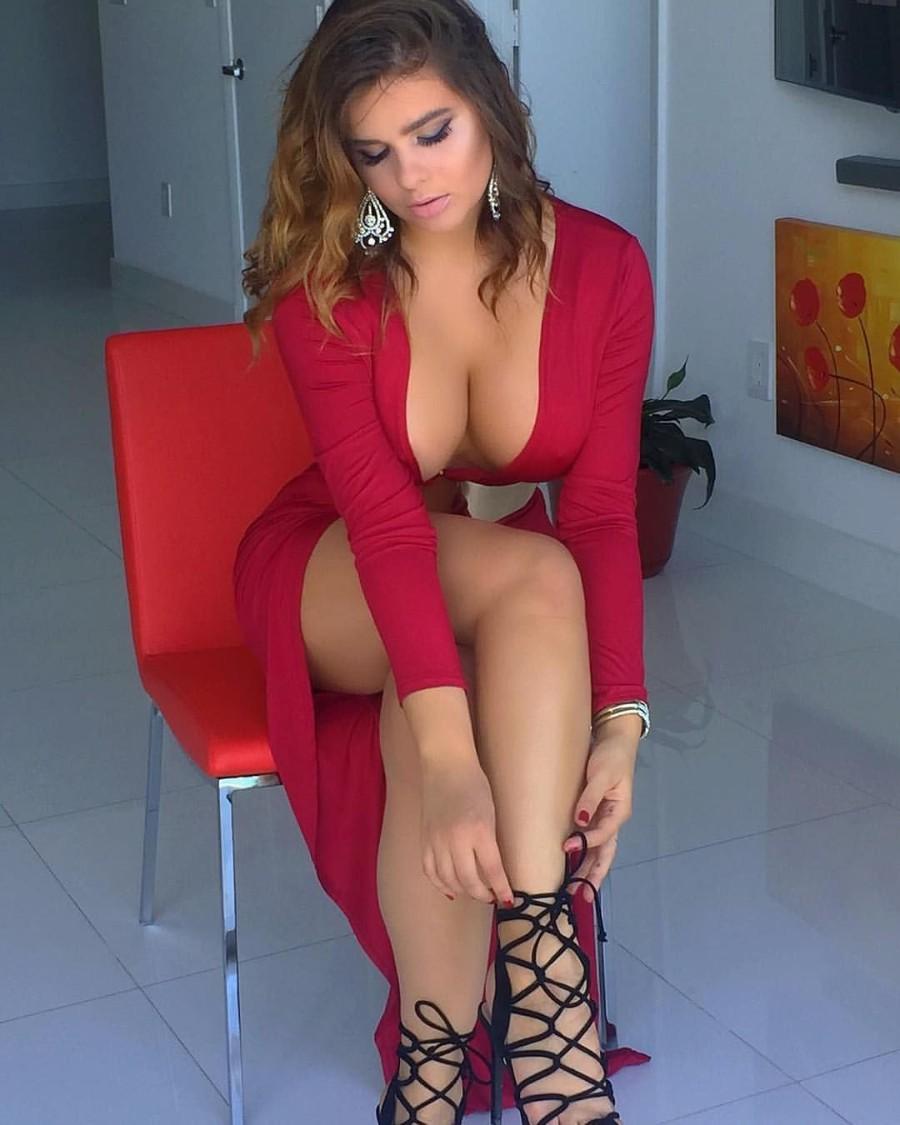 Декольте и красивые ножки