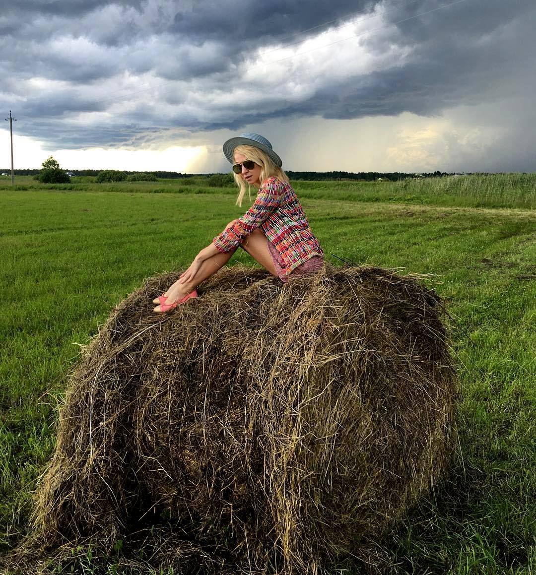 современный фотосессия со снопами в поле шестой