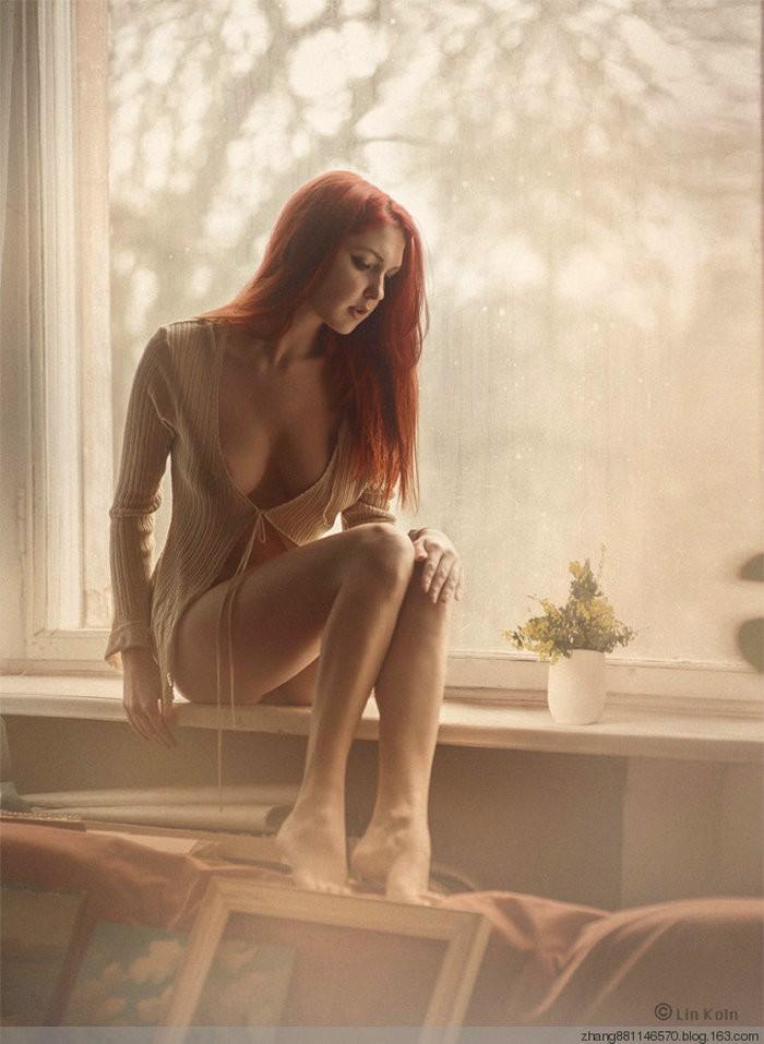 Рыжая у окна