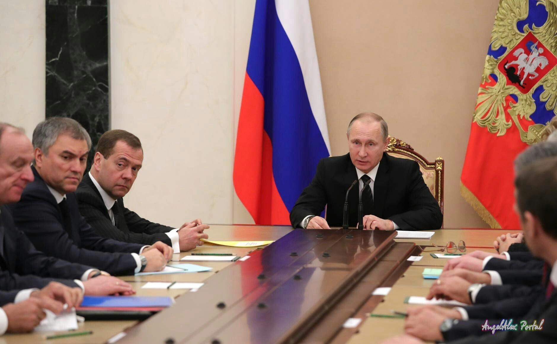Владимир Путин провел совещание по ситуации в Донбассе