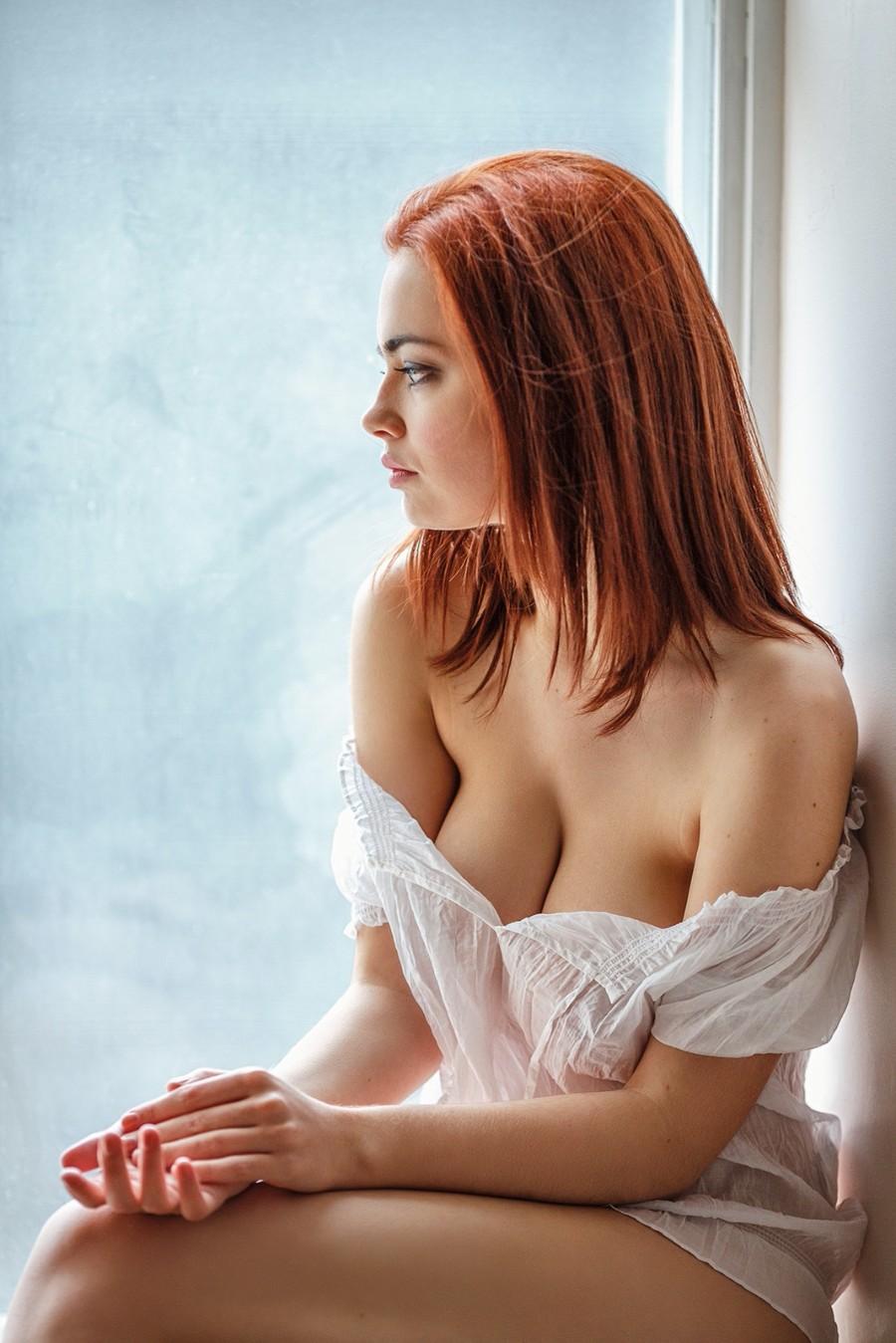 Задумчивая у окна
