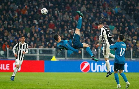 Роналду забил через себя с высоты 2,38 метра