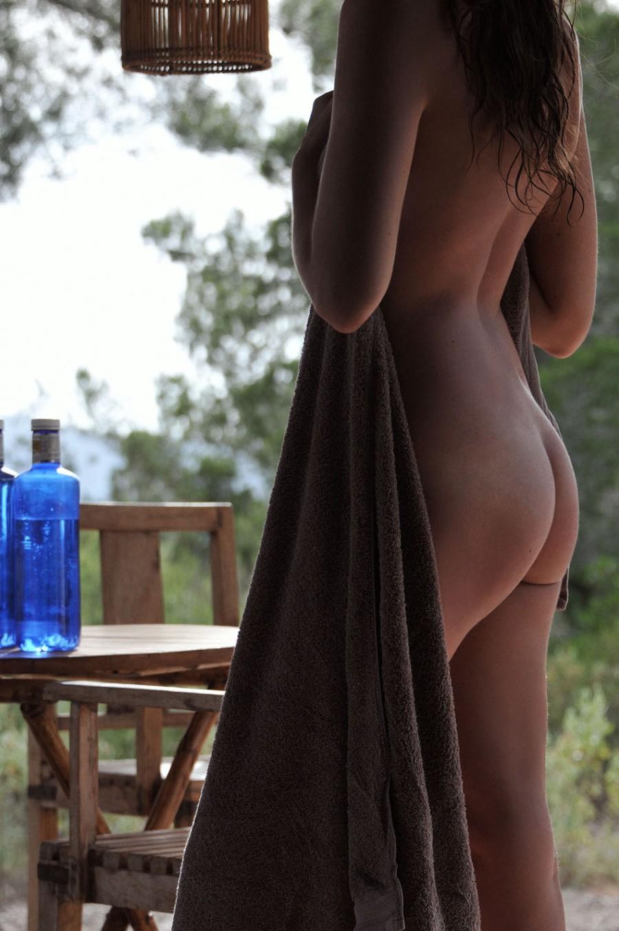 Голая в полотенце