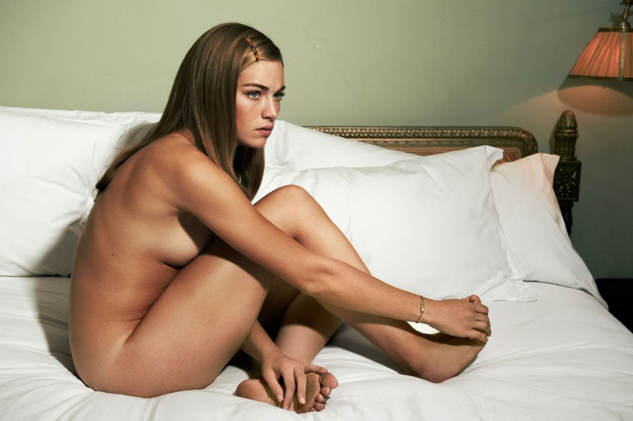 Голая в постели