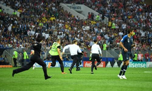 В финале ЧМ на поле выбежали люди в форме. Это акция Pussy Riot [В России]