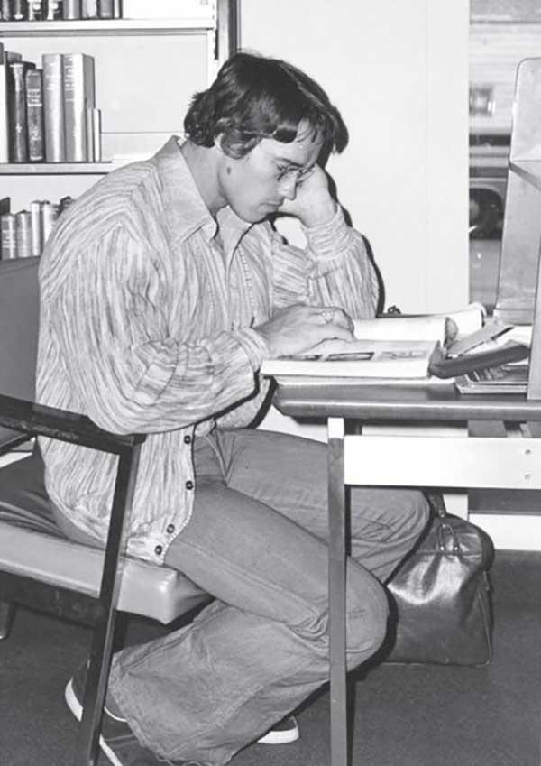 Arnold-Schwarzenegger-studying-at-Santa-Monica-City-College-library.jpg
