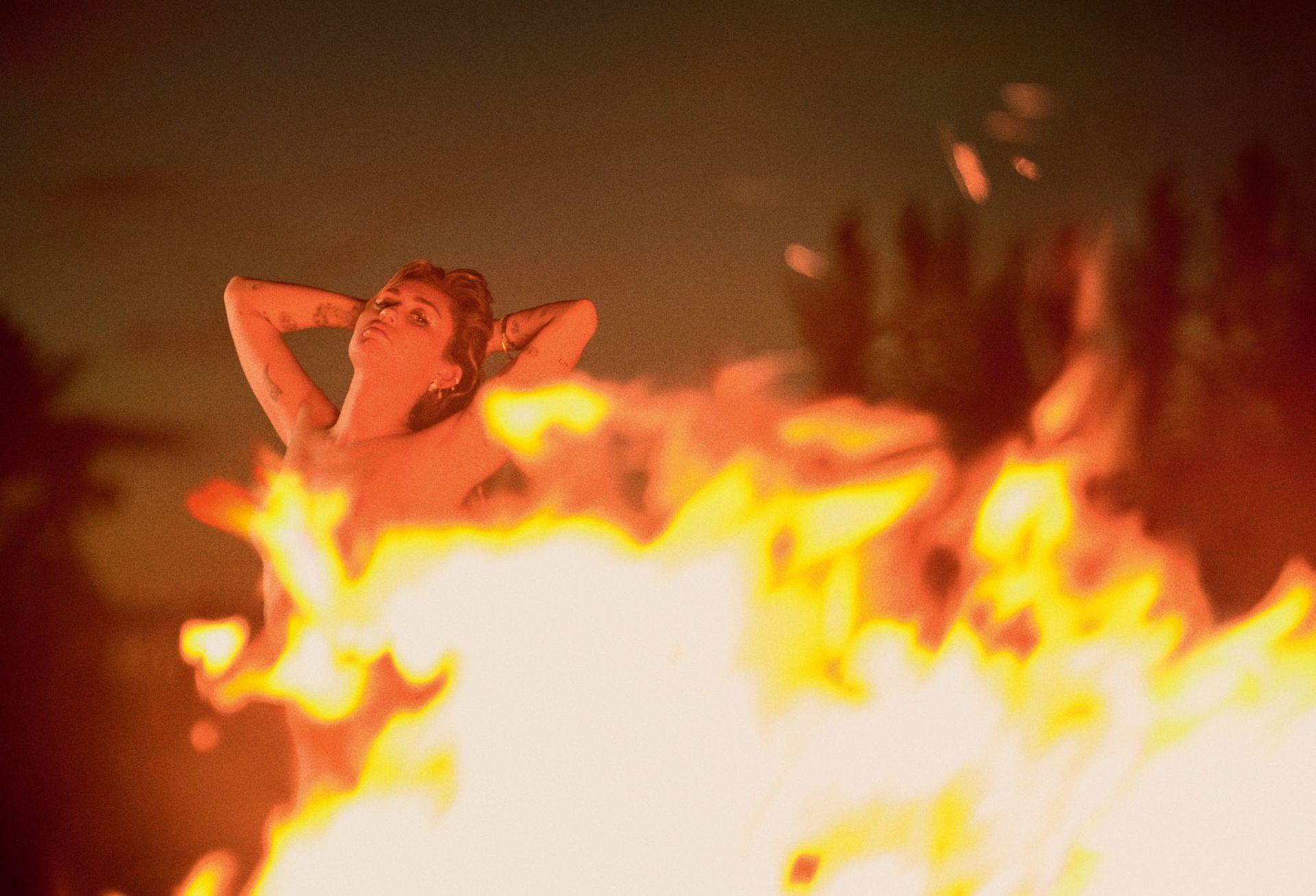 Miley-Cyrus-Nude-Sexy-TheFappeningBlog.com-4.jpg