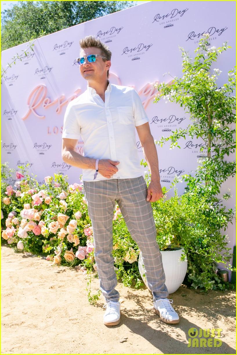 jeremy-renner-taylor-lautner-jamie-foxx-more-celebrate-rose-day-l-a-06.jpg