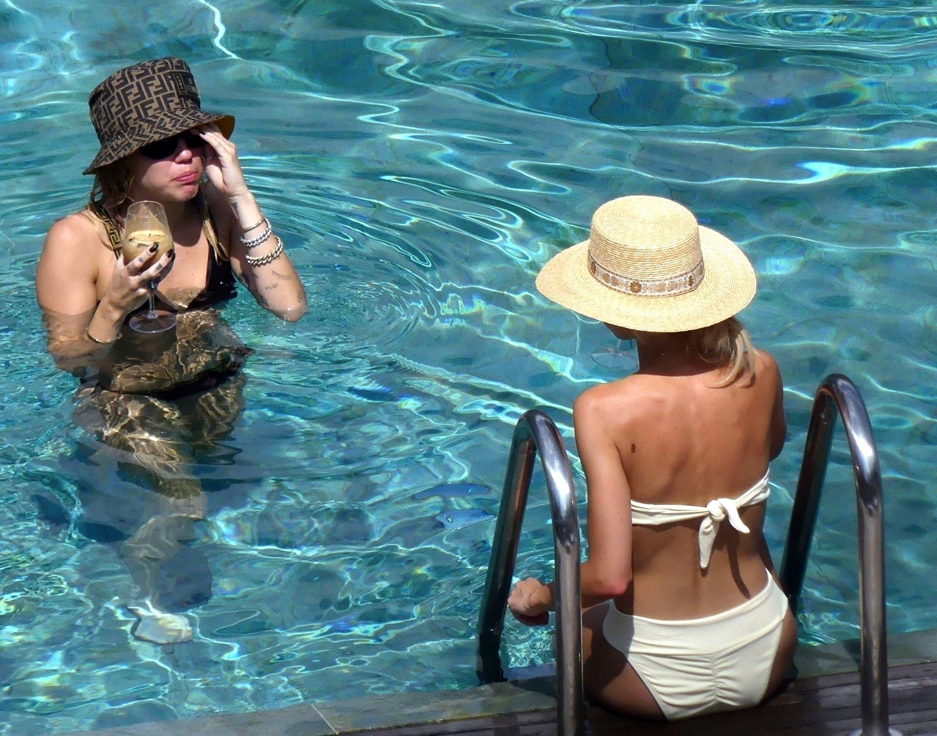 0713004446900_49_Miley-Cyrus-Topless-Kaitlynn-Carter-Hot-TheFappeningBlog.com-49.jpg