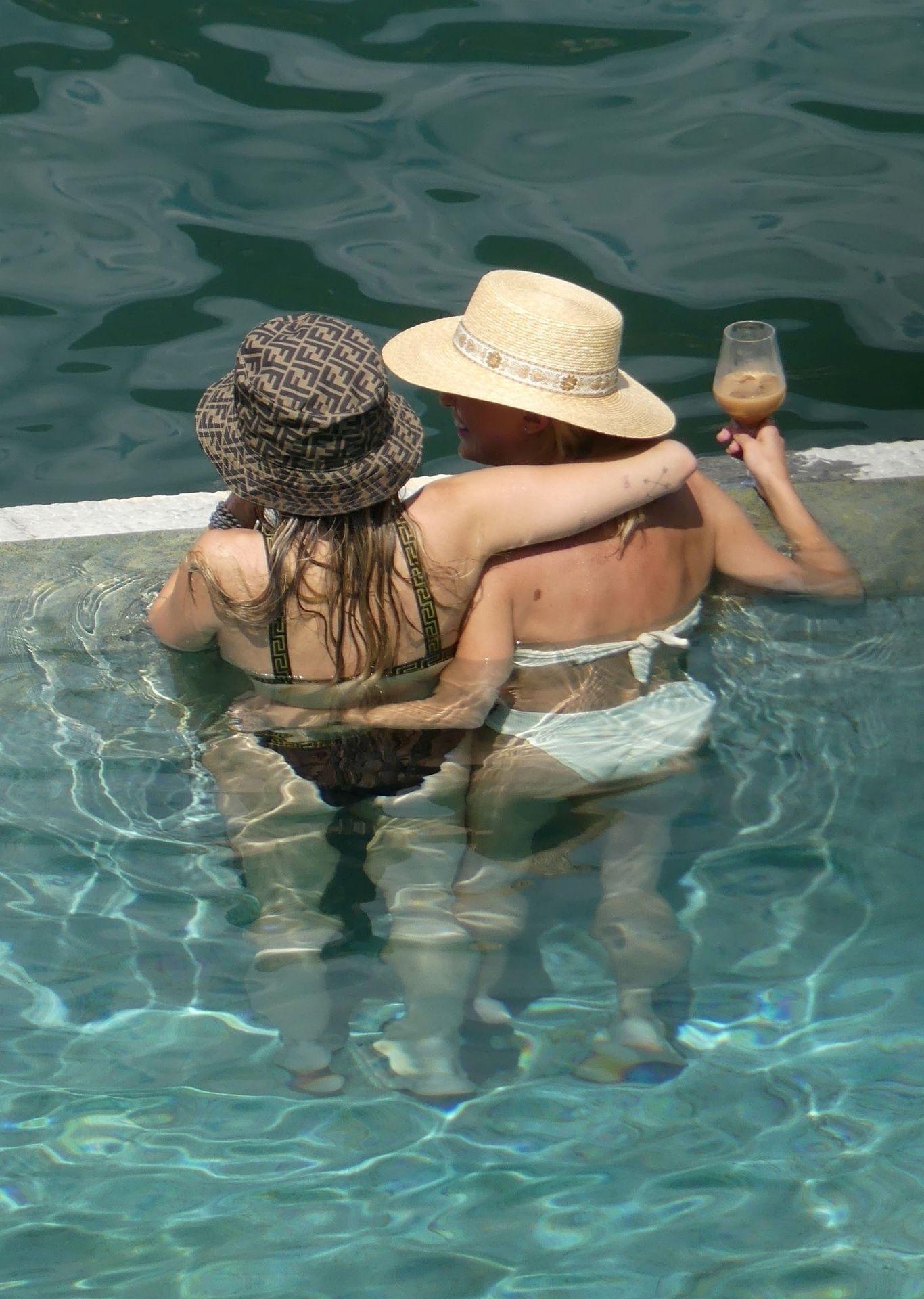 0713004446900_51_Miley-Cyrus-Topless-Kaitlynn-Carter-Hot-TheFappeningBlog.com-51.jpg