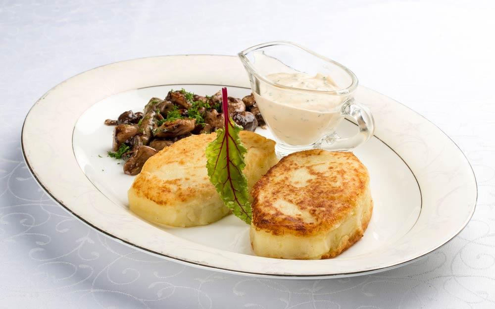 Картофельные пирожки с грибами и луком
