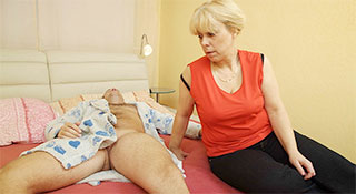 Старая блядь совратила пасынка и подставила жопу / Saggy Breasted Blonde Mature Stepmom Anal Fucked (2014)