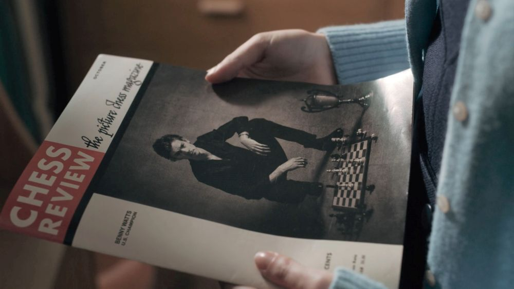 Журнал в руках Бет
