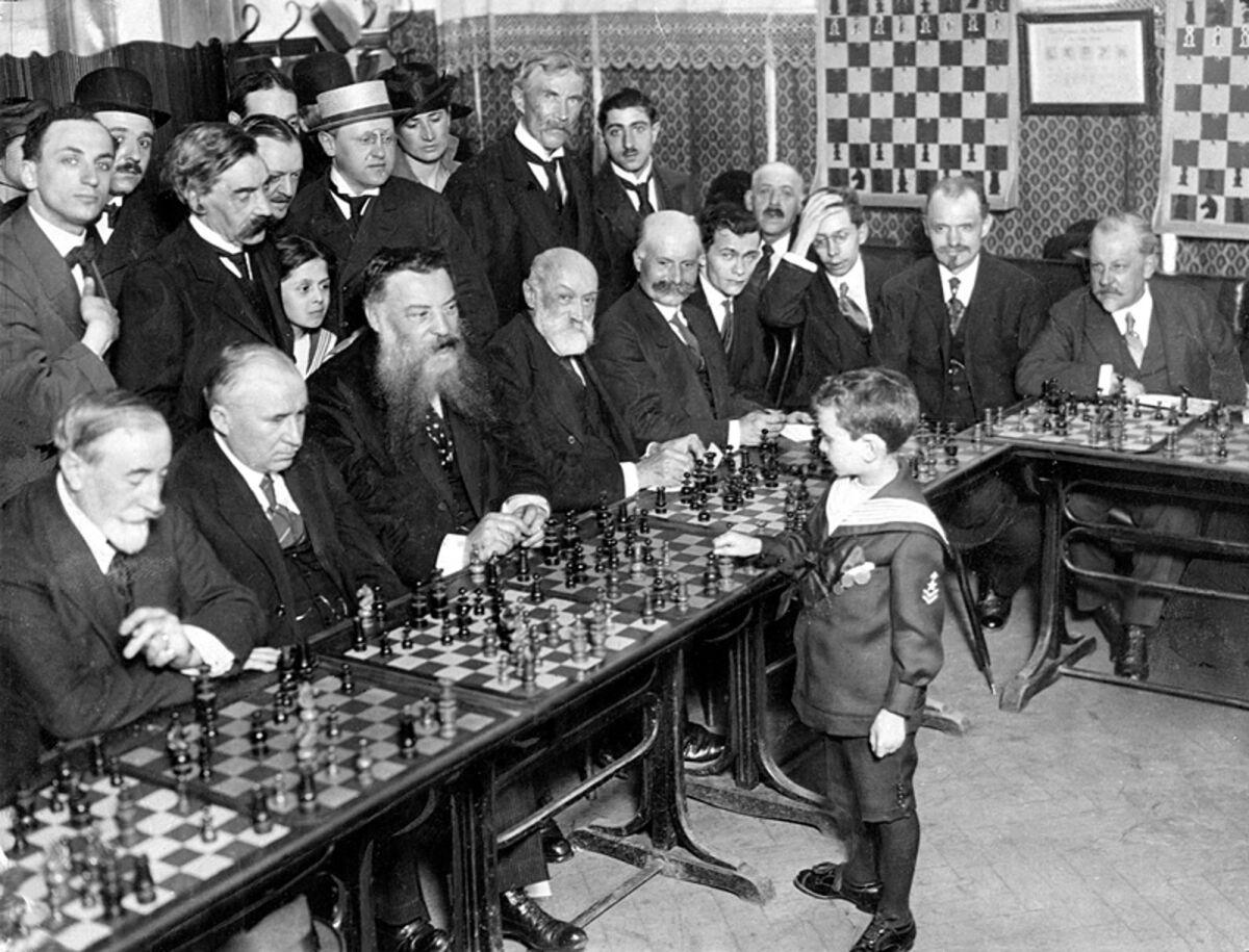 Юный Решевский дает сеанс одновременной игры